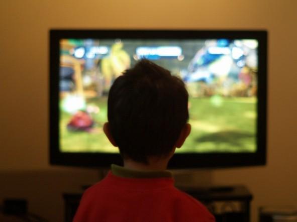 dziecko-telewizor-konsola-kregoslup-flickr_660x494