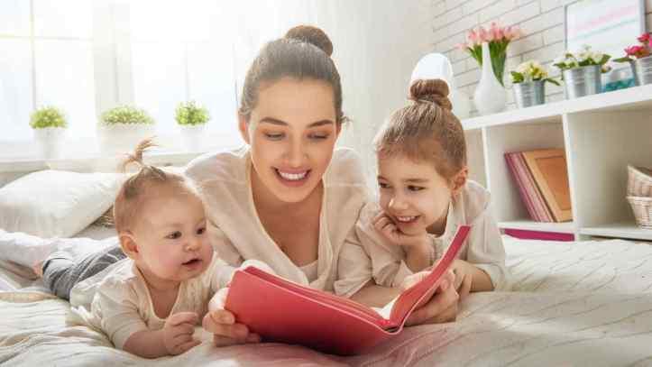 madre-hijas-leyendo-libro-cama