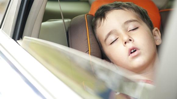 El-riesgo-de-dejar-a-un-niño-solo-dentro-de-un-auto