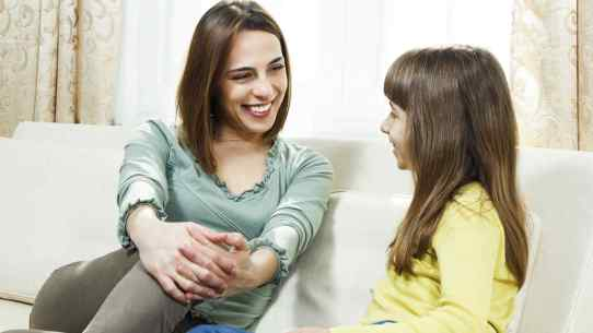 mama-sonriendo-conversando-con-su-hija