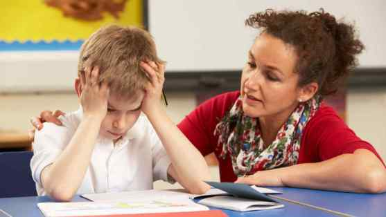 nino-frustrado-junto-maestra