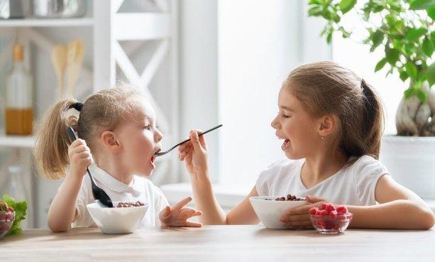 ninas-hermanas-compartiendo-el-desayuno.jpg